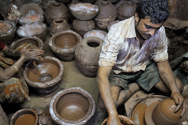 Potter at work in Dharavi © M M/Wiki Commons