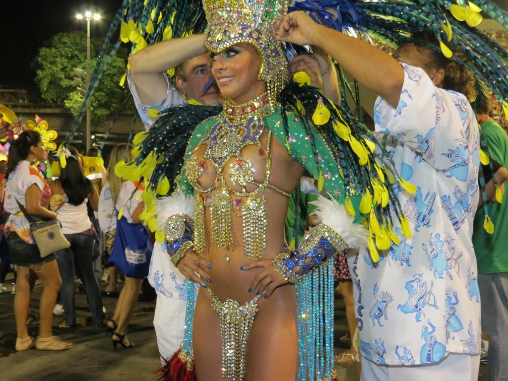 сперма, межрассовый бразильские эротические танцы карнавал протянул руку назвал