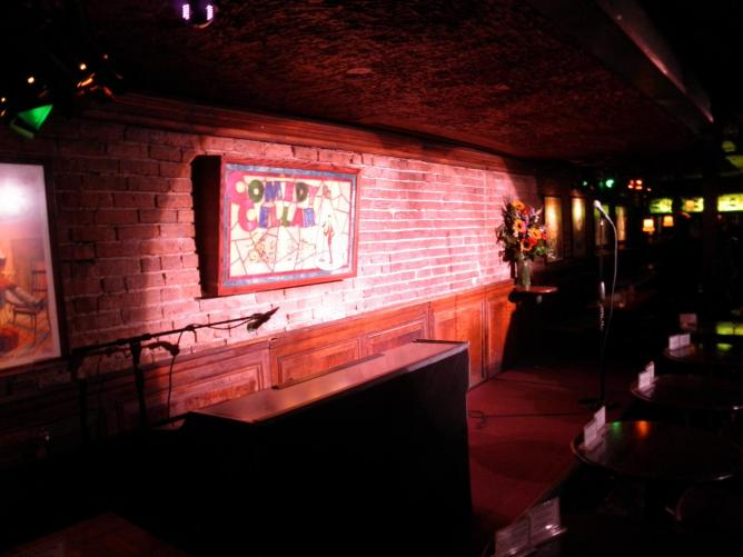 The Comedy Cellar stage   © Texaswebscout/Wikipedia