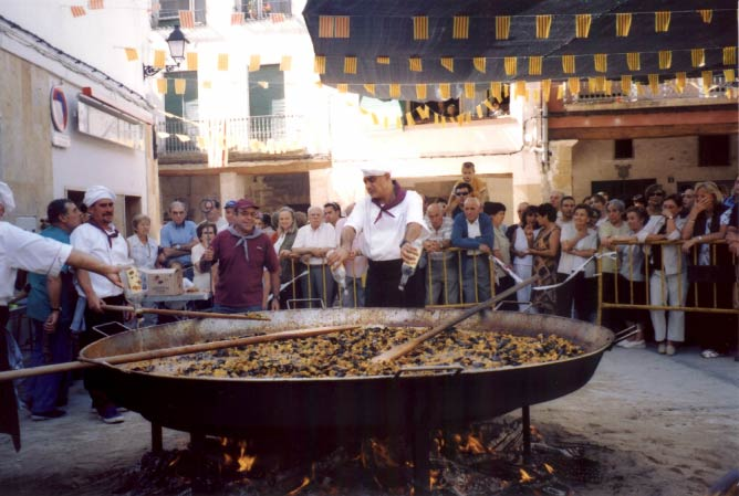 Giant seafood Paella cooked on the Catalonian National Day | © John Dalton/WikiCommons