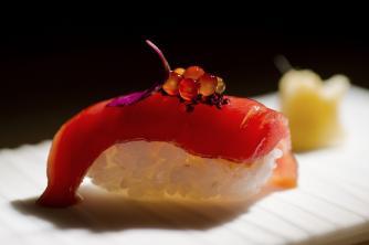sushi de lomo de atún con tapioca de salsa de soja