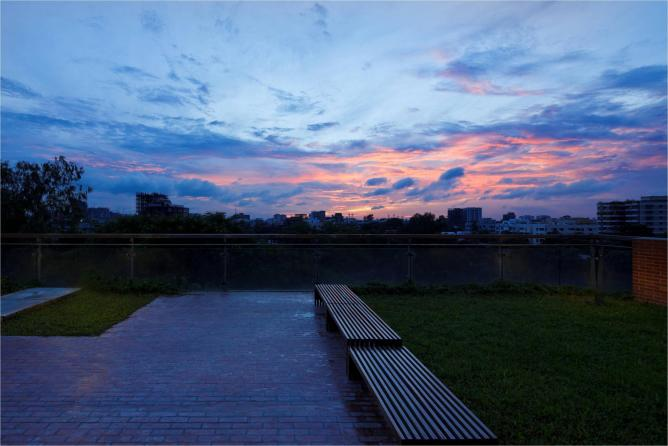 Twilight and Terrace, Dhaka, Bangladesh (2012)   © Masao Nishikawa