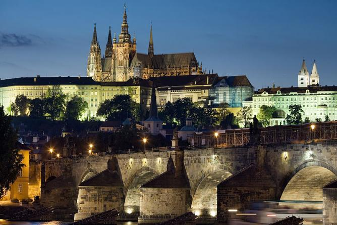Night view of the Castle and Charles Bridge, Prague | © Jorge Royan/WikiCommons