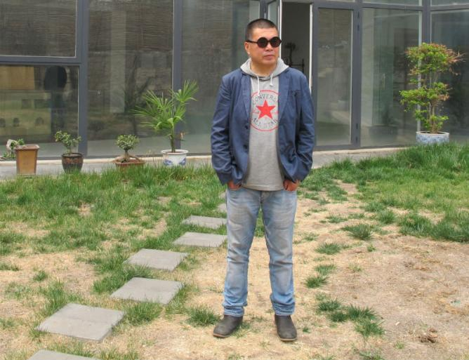Shen Shaomin outside his studio