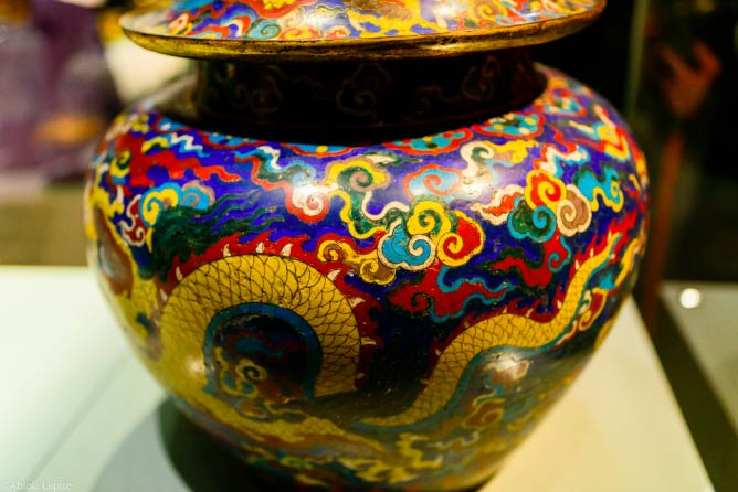 Closionné jar, decorated with dragons and imperial mark, ©Abiola_Lapite/flickr