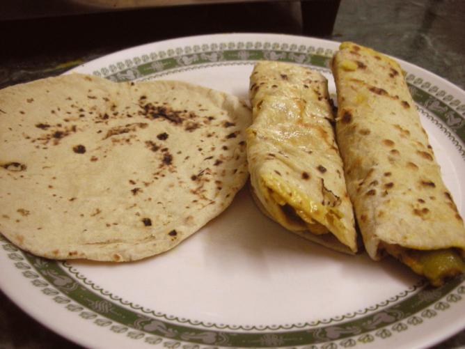 Chapati and Chapati Roll © Kalyan/Wikipedia