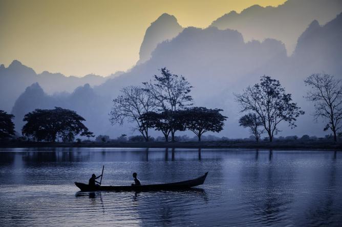 Novices rowing canoe in Hpa An in Kayin State | © David Heath