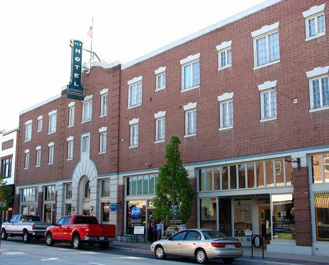 The historic New Redmond Hotel   © Ian Poellet/WikiCommons