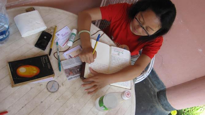 Hong Mei writing her travel diary in Goa © Hong Mei