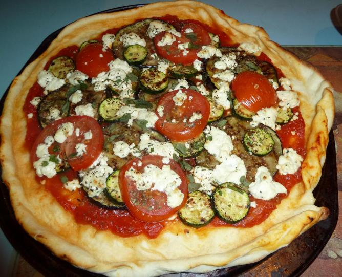 Pizza with tomato sauce, veggies, and cheese | © hebdromadaires/Flickr