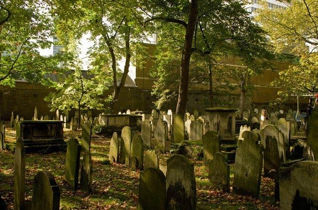 Bunhill Fields burial ground | © Julian Osley