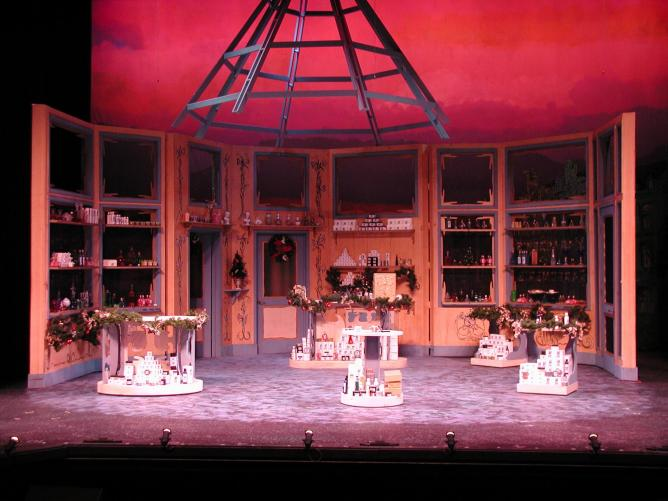 The set from a 2006 production of She Loves Me | © Coachman76/Wikimedia Commons