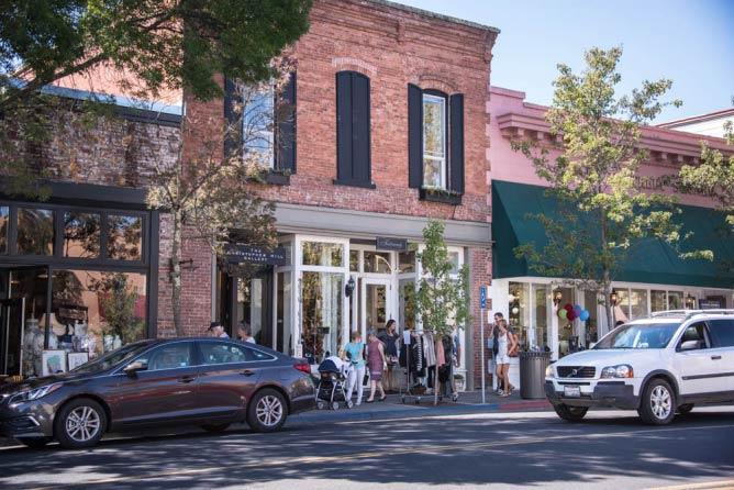 St. Helena's Main Street Shopping District | © Bob McClenahan/Courtesy of St. Helena Chamber of Commerce