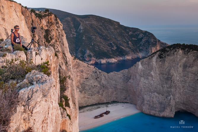 Shooting at the Navagio Cliffs | © Maciej Tomkow