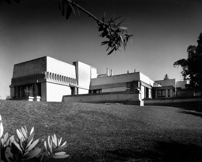 Exterior view of the Hollyhock House, 1921|© Julius Shulman