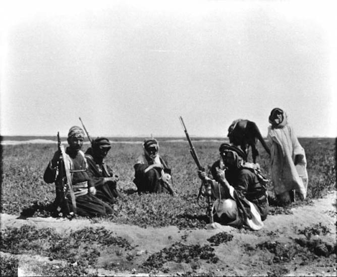 Photo K_045, Themail, Iraq, March 1909, at Themail [Fattuh seated with Duleim Arabs], © The Gertrude Bell Archive, Newcastle University