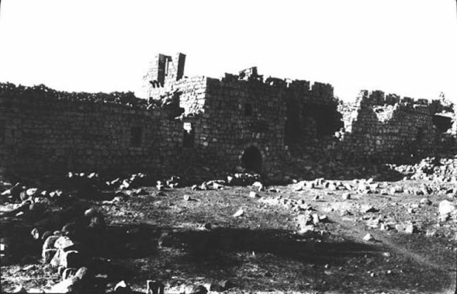 Photo Y_517, General view of fort and keep, Burqa - Syria, December, 1913 © The Gertrude Bell Archive, Newcastle University