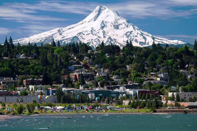 Downtown Hood River and Mt. Hood | © Michael Peterson Photography/Courtesy of Hood River Country Chamber of Commerce