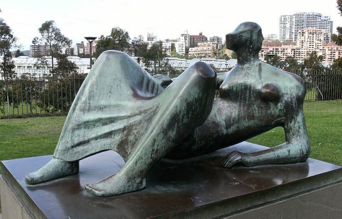 Henry Moore, Reclining figure, Angles 1980 Art Gallery of New South Wales | Photograph © Paul Holloway/Wikicommons