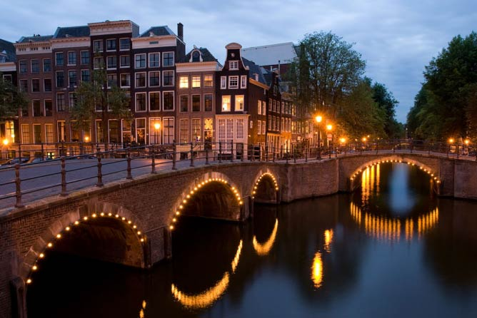 The Reguliersgracht and Keizersgracht canals at dusk | © Massimo Catarinella/WikiCommons