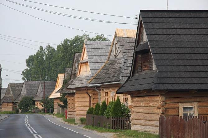 Zabudowa wzdłuż głównej ulicy w Chochołowie