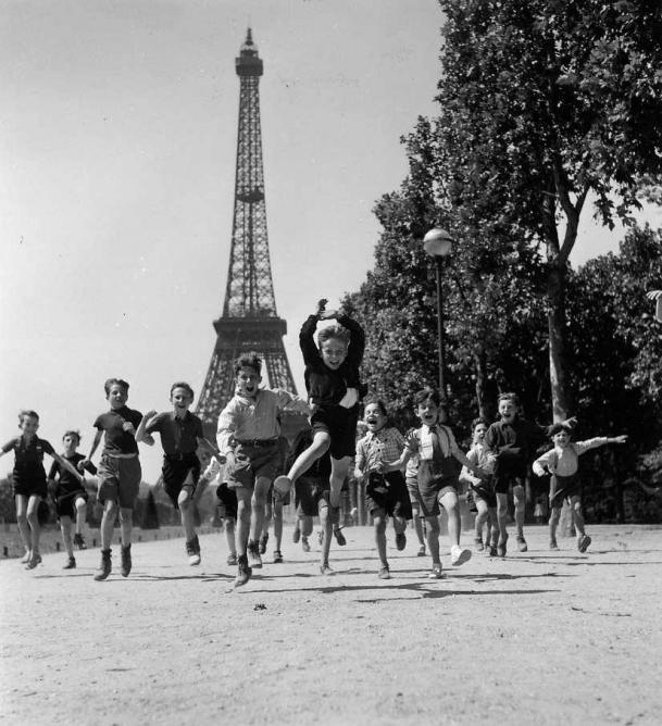 Paris through a lens an introduction to robert doisneau for Les jardins de villa paris