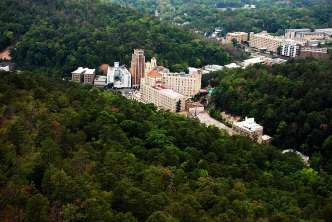 Downtown Hot Springs from Hot Springs National Park | © Samuel Grant/WikiCommons