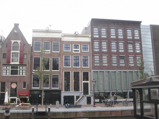 Anne Frank's House (with blacked out windows) | © marysalome/flickr