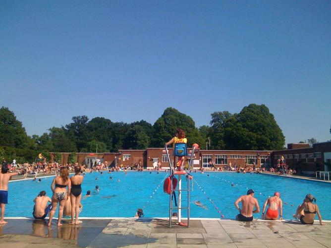 Must visit outdoor pools in london for Outdoor swimming pools in england