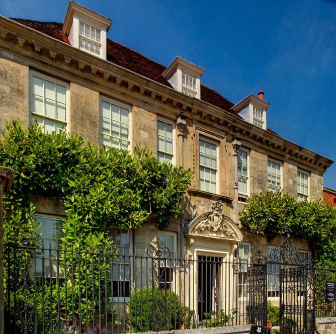 The exterior of Mompesson House | © Anguskirk/Flickr