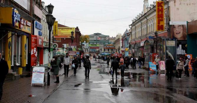 A busy shopping street in Irkutsk © Kyle Taylor/Flickr