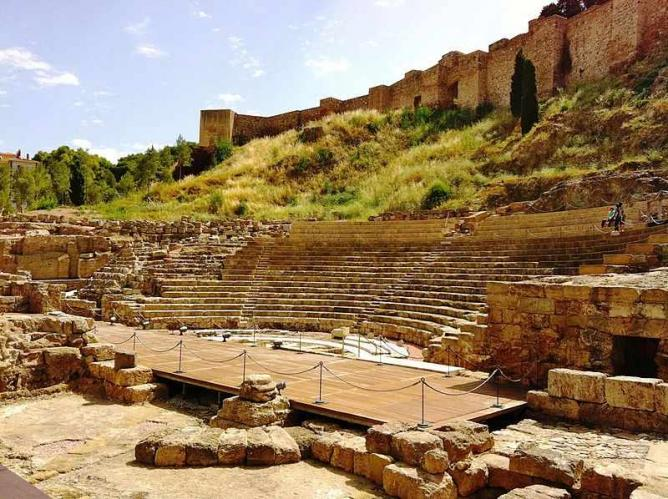 The well-preserved Roman Theatre located at the foot of Acalbaza I © andynash/WikiCommons