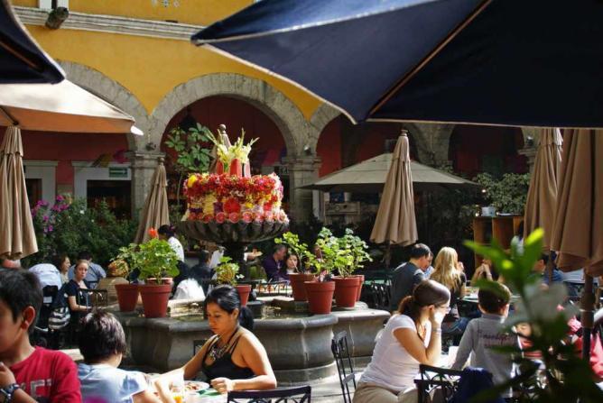 Brunch in the courtyard of El Bazar Sábado | © amy halverson/Flickr