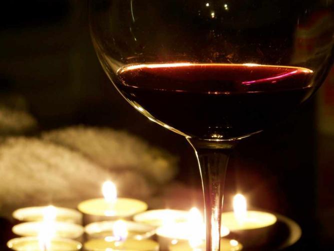 A glass of wine in the candle light   © Brendan DeBrincat/Flickr