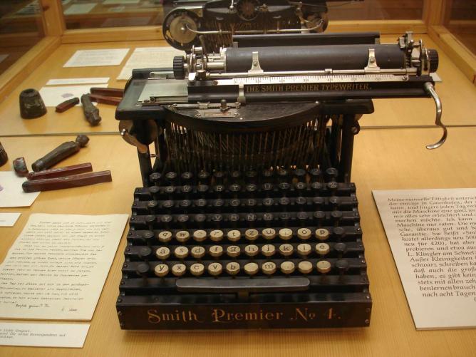 Hermann Hesse's typewriter, on display in the Gaienhofen Museum | © Thomoesch/WikiCommons