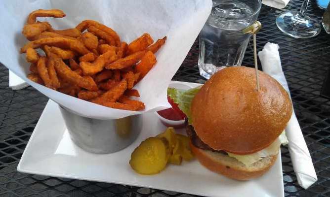 Burger at the Harlem Tavern | © SignorDeFalzo/Flickr