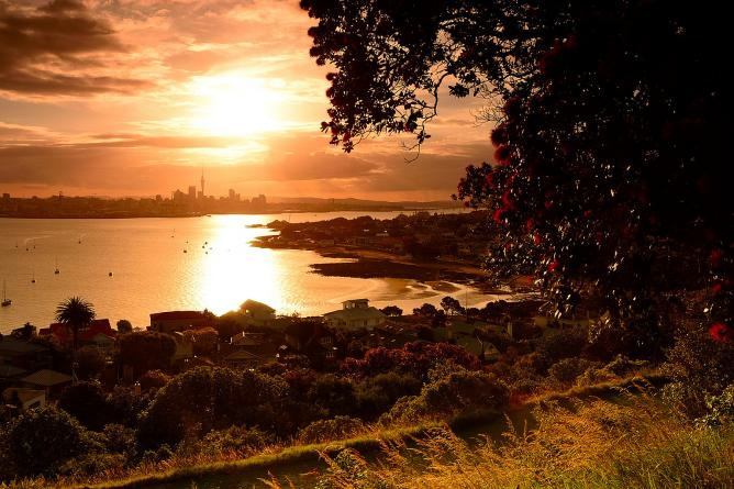 Auckland across the bay © Tomoyaosa/Flickr