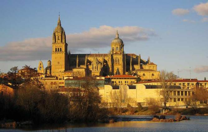 View of the Salamanca's Cathedral from Tormes' river    © Alurín/WikiCommons