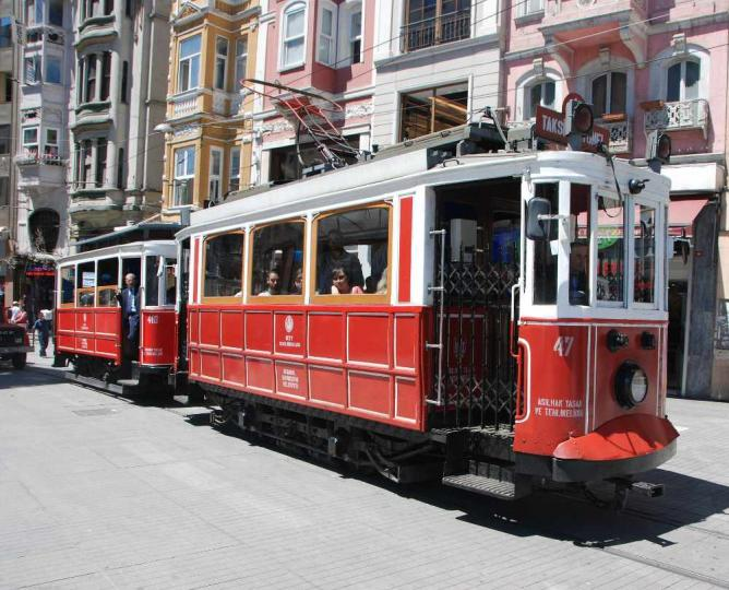 A traditional red tram | © Janderk1968/WikiCommons