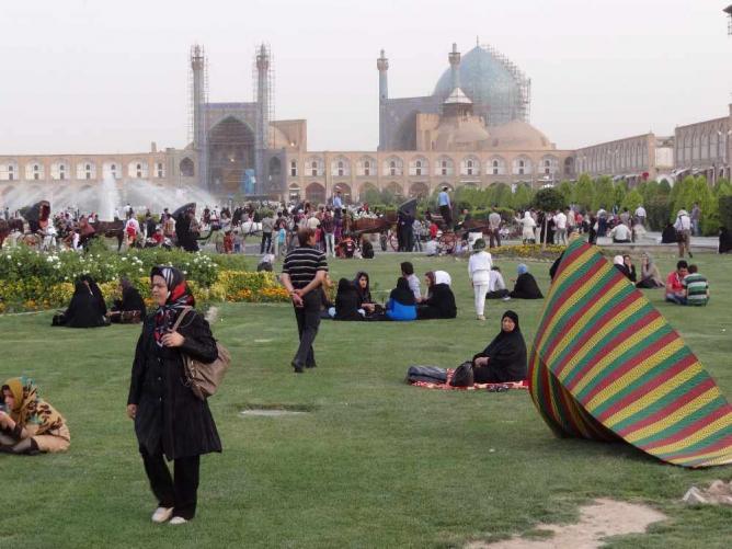 Picnicking in Imam Square | © Adam Jones/Wikicommons