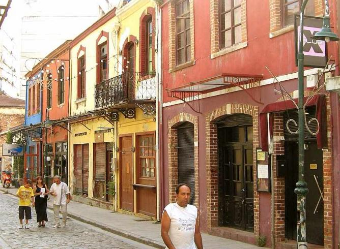 Street in Ladadika neighborhood   © Ian Kehoe/WikiCommons
