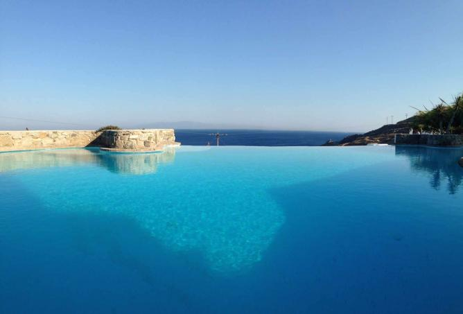 Impressive outdoor swimming pool | Courtesy of Mykonos Mystique