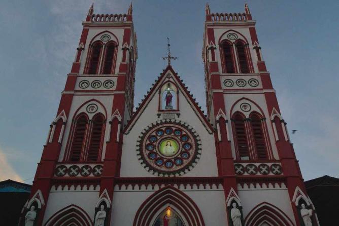 Basilica of the Sacred Heart of Jesus, Pondicherry | © Delphinidaesy /Flickr