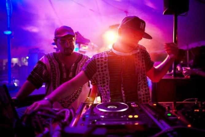 Que Bajo?! DJs Geko Jones (left), Uproot Andy (right) | © Photographer/Mario Carrión