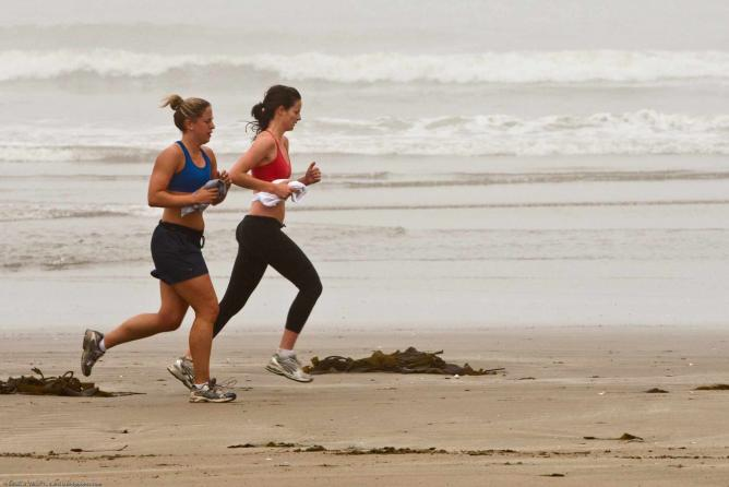 Joggers on Morro Strand State Beach © Mike Baird/Flickr