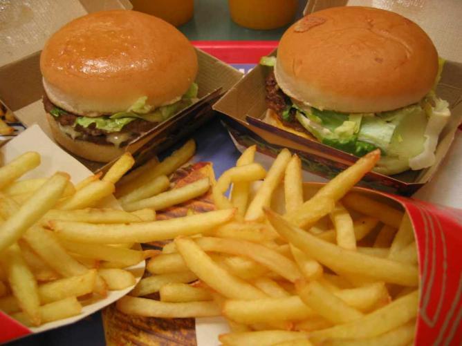 Burger and chips | © jslander/Flickr