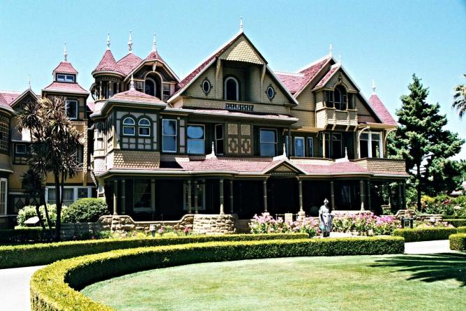Front view of the Winchester Mystery House| @Ben F. /WIkiCommons