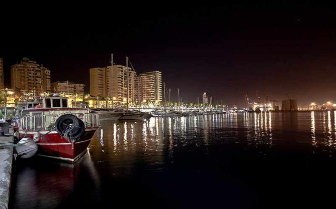 Malaga's harbour at night | © Marcelo reche/WikiCommons