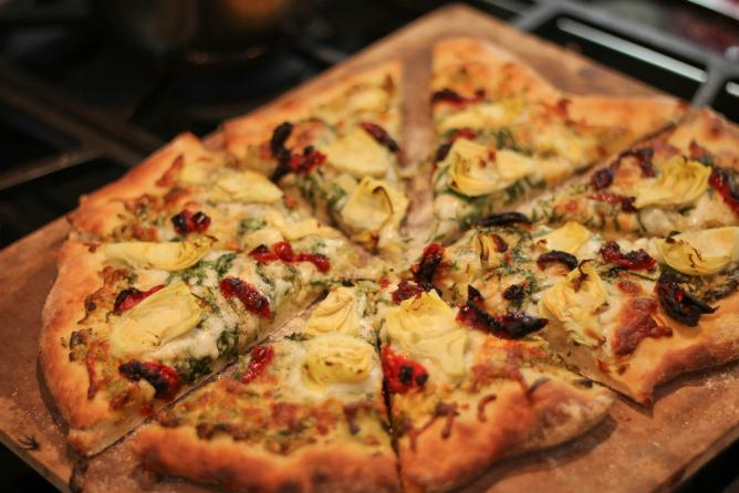 Pesto pizza with artichoke and sundried tomatoes l © timquijano/Flickr