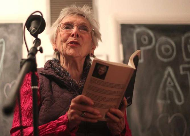 Eve Pearce at the Poetry Café, London | © Flickr